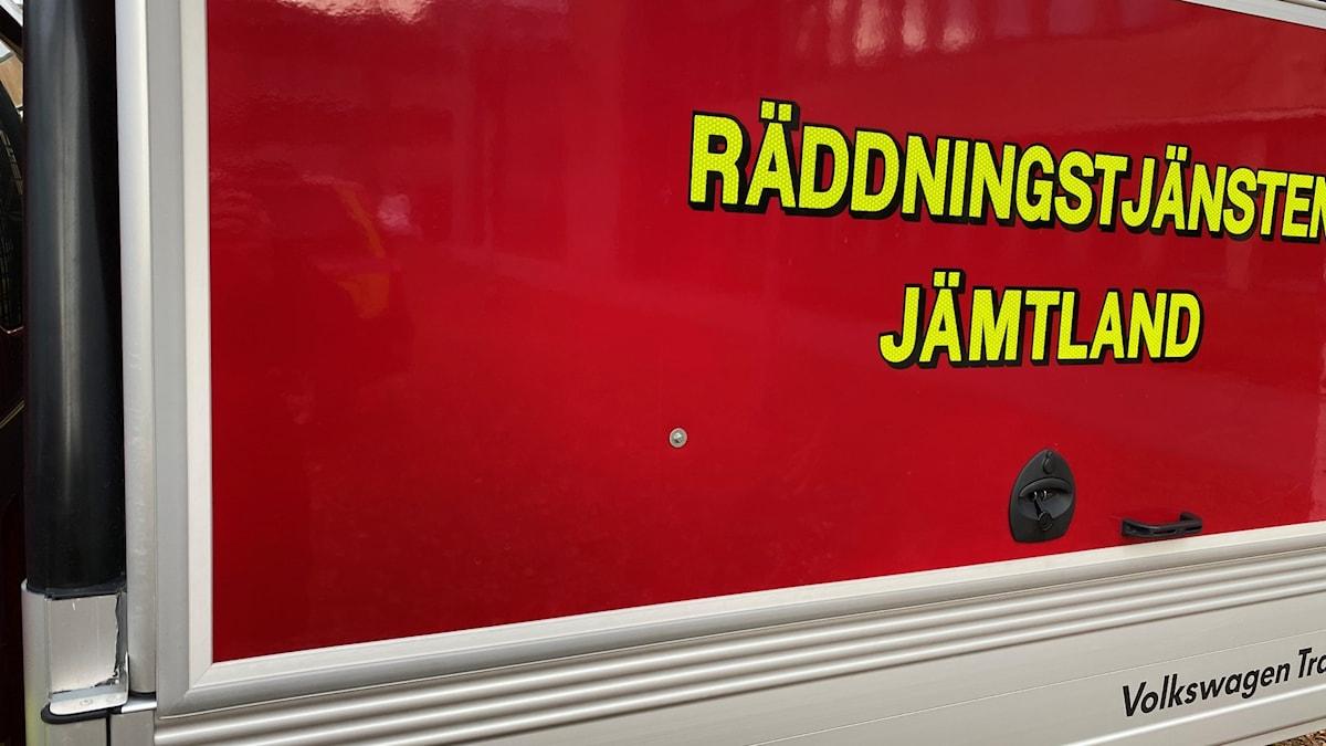 En binibuss som är röd och det står räddningstjänsten jämtland på.