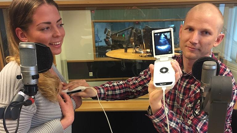 Man och kvinna i radiostudio med medicinsk maskin