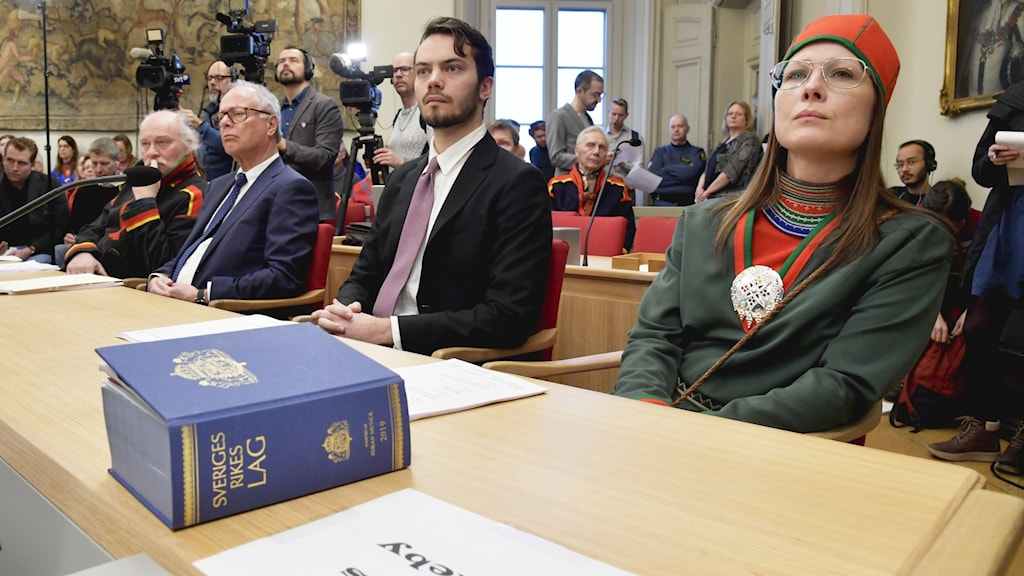 Matti Blind Berg, Girjas samebys ordförande, Peter Danowsky, Girjas advokat, Fredrik Thorslund, jurist, och Åsa Larsson-Blind, Samerådets president, under pressträffen i Högsta domstolen i Stockholm.