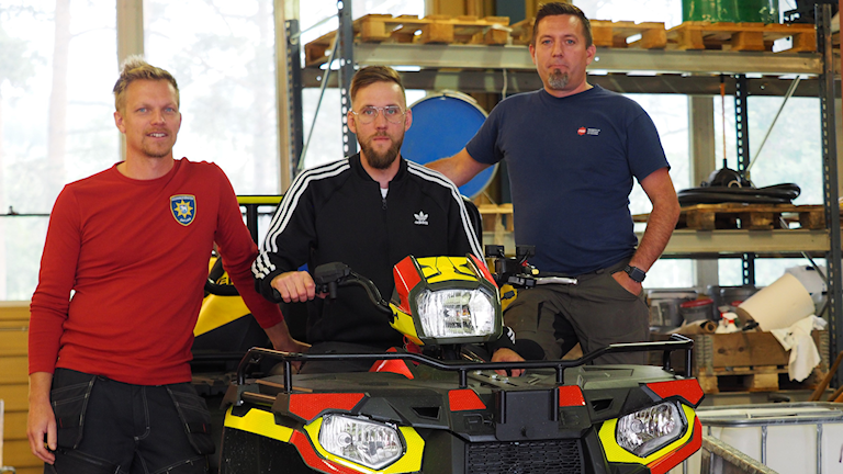 sexhjuling med tre brandmän