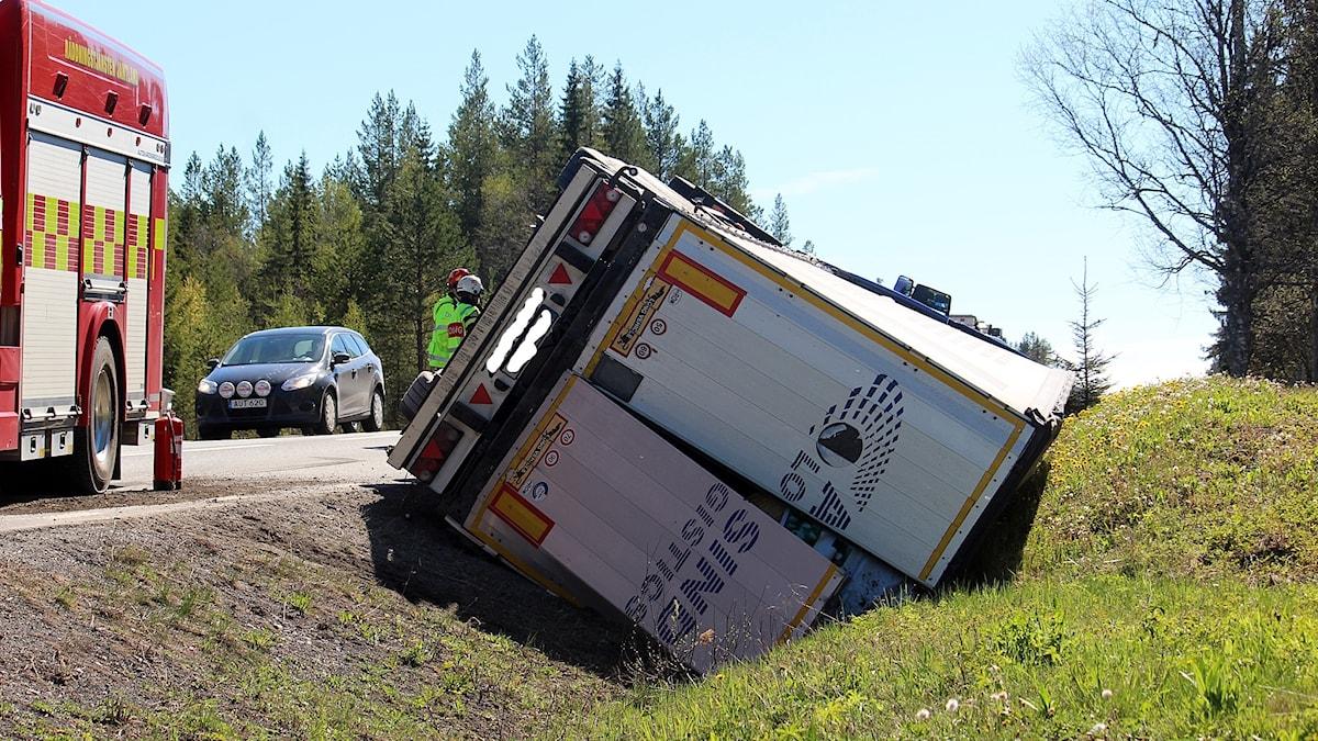Lastbil som körde av E 45 vid Rannåsen i singelolycka 170529. Foto: Johnny Sundin