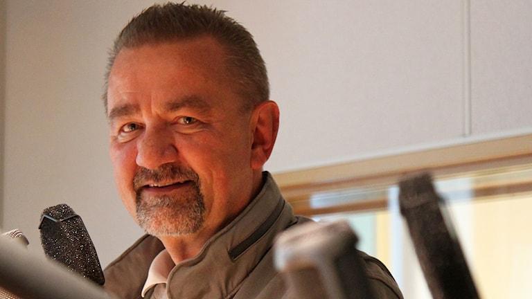 Stephen Jerand polisområdeschef Jämtlands län i radiostudio P4 Jämtland