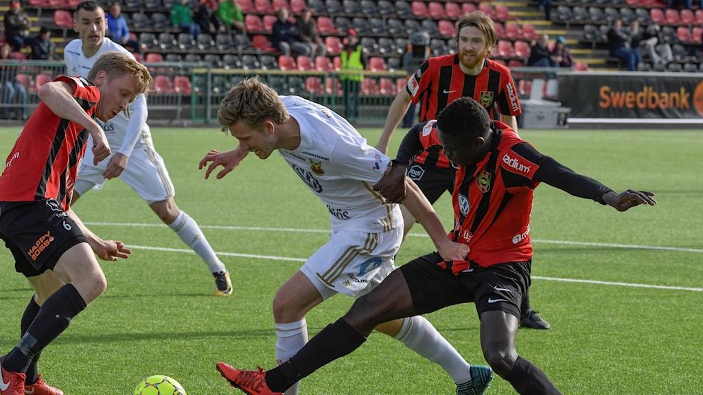 Östersunds Ludvig Fritzson på väg genom BP-försvaret under måndagens fotbollsmatch i allsvenskan mellan IF Brommapojkarna och Östersunds FK på Grimsta IP.