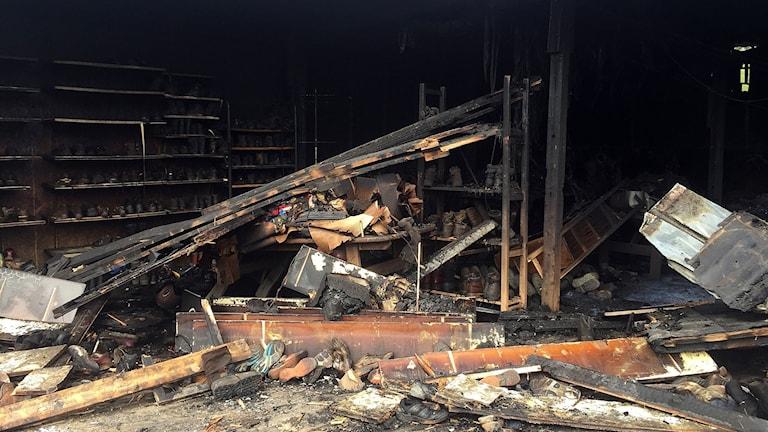 Rester av nedbrunnet förråd på Grytans flyktingförläggning efter misstänkt mordbrand i slutet av juli 2017
