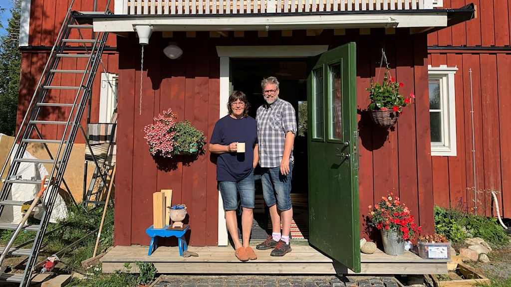 Bild på en man och en kvinna som står på farstutrappan på sitt hus i Rävbacken.