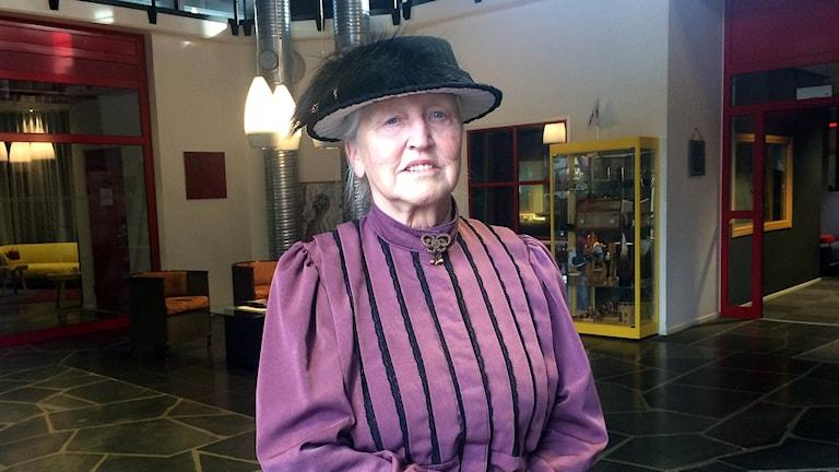 Gunilla Nilsson Edler, kvinna med kläder från 1800-talet
