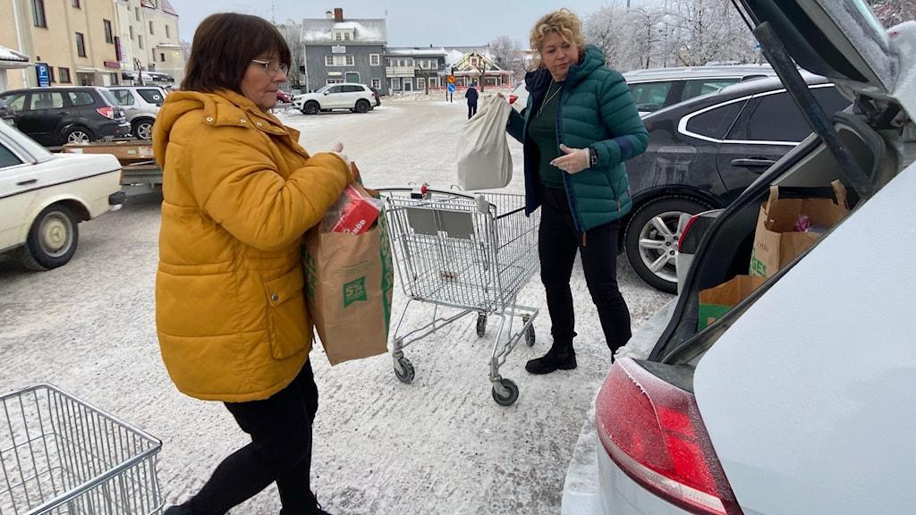 Nästan 500 matleveranser har Gunilla Grindefors, diakon och Sonya Berg, församlingspedagog skjutsat ut till riskgrupper i Strömsunds pastorat under coronapandemin.