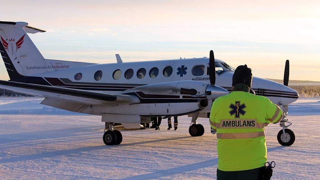Ambulansflyget har anlänt till Gällivare flygplats. Foto: Alexander Linder/ Sveriges Radio.