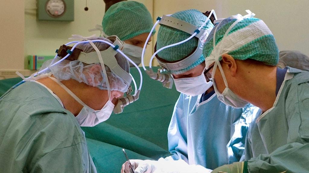Läkare opererar på patient