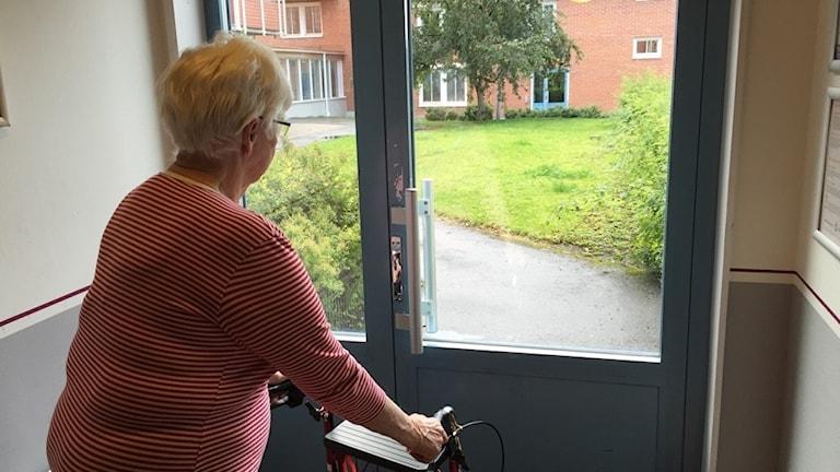 En av fyra dörrar som Margareta Nilsson måst ta sig genom för att släppa in gäster som kommer via huvudentrén.
