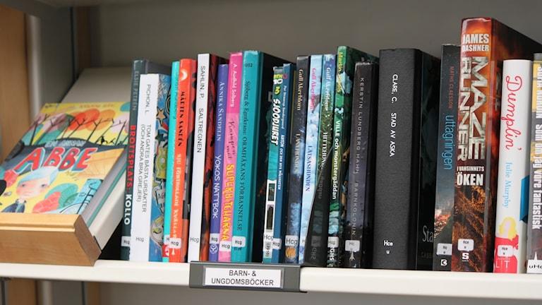 Barn- och ungdomsböcker i bokhylla
