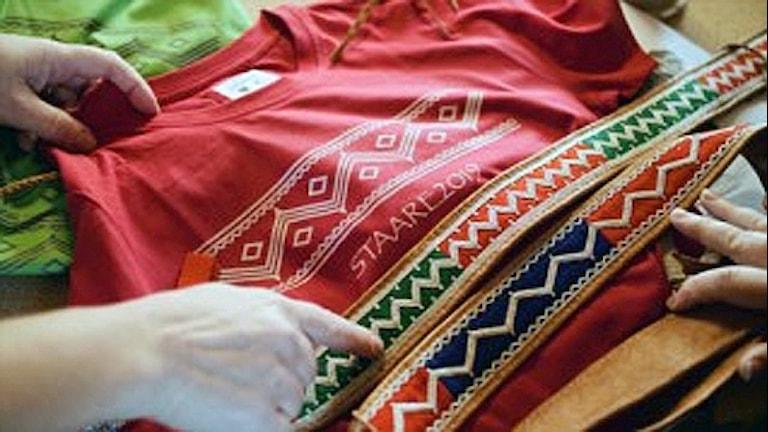 Detalj av kläder ur samisk klädkollektion inför skidskytte-VM i Östersund. Foto: Henrik Hedman/Pressbild