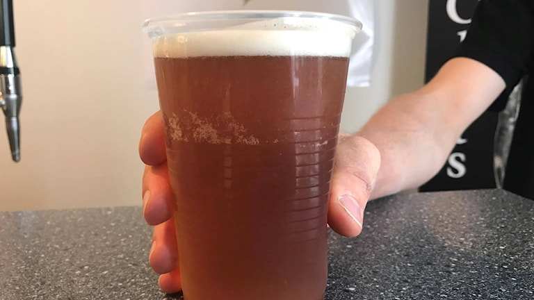 Ölglas i en bar.