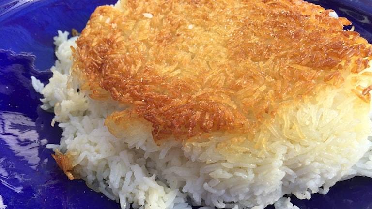 Kokat ris med en krispig yta