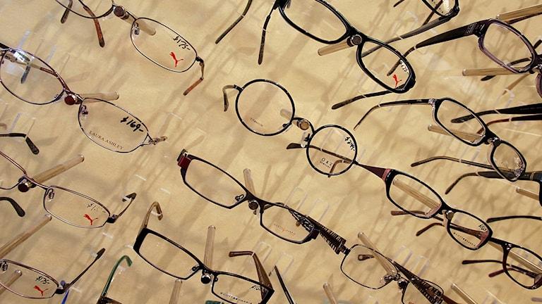 Glasögonbågar hos optiker.