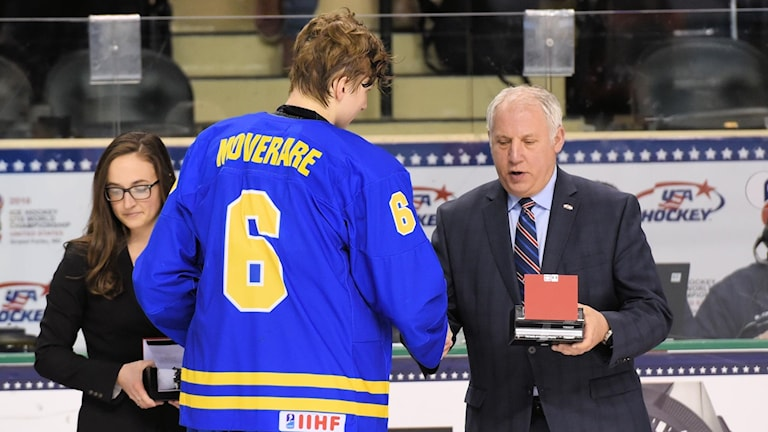 Sveriges Jacob Moverare prisas efter finalen mellan Sverige och Finland under U18-VM den 25 april 2016 i Grand Forks, USA