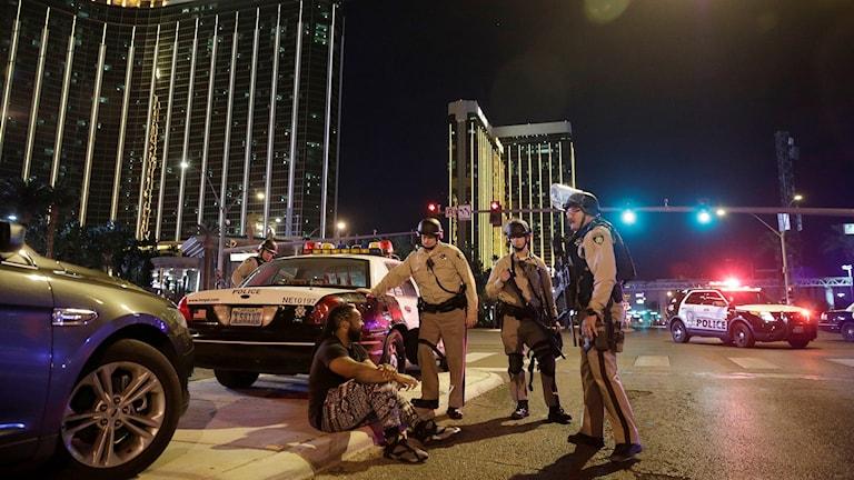Poliser på gata framför casino
