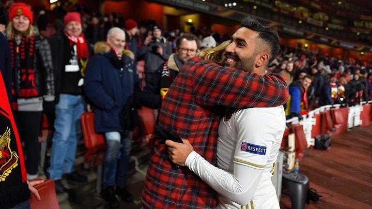 Saman Ghoddos i Östersunds fotbollsklubb kramas om av supporter