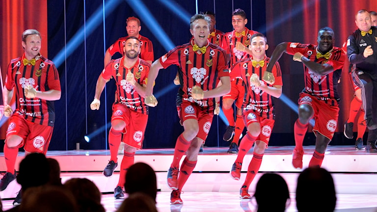 Bejublad dans av spelarna i ÖFK under Fotbollsgalans inledningsnummer. 161121. Foto: Jonas Ekströmer/TT