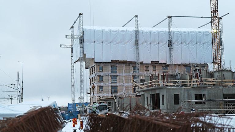 Byggarbetsplats där flerbostadshus är under uppförande