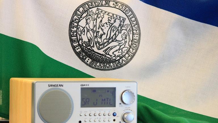 Republiken Jamtlands flagga och en radioapparat
