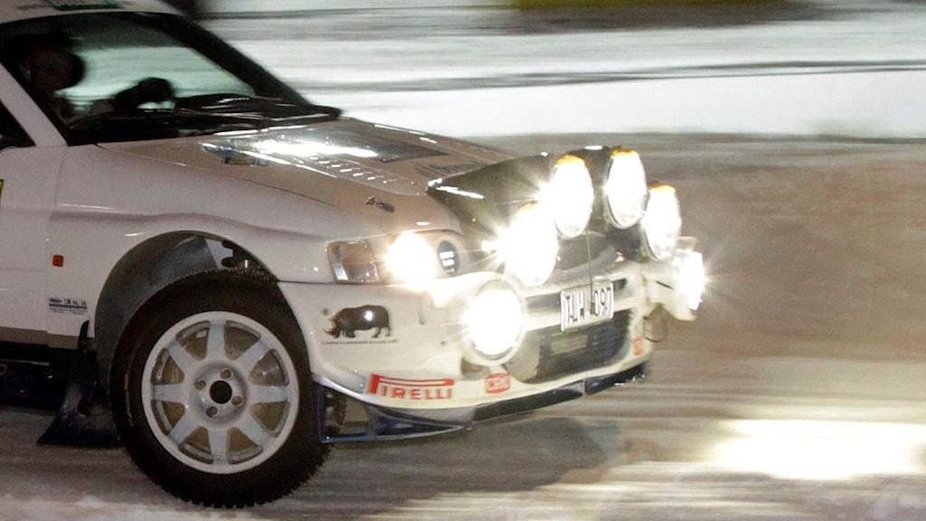 Fronten på rallybil som kör i mörker