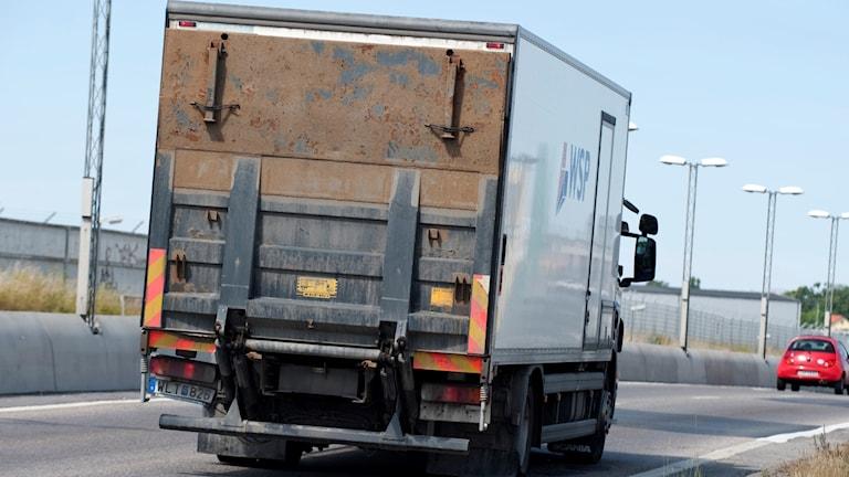Lastbil med bakgavellyft på motorväg