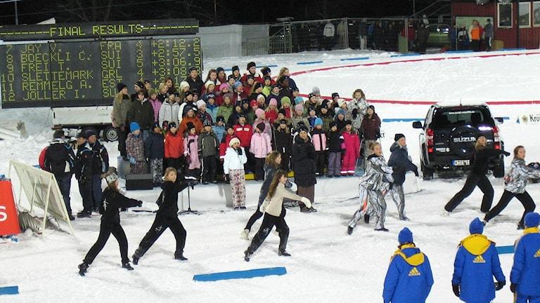 Barnkör och dansare på skidstadion