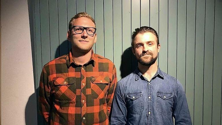 Två män står bredvid varandra.