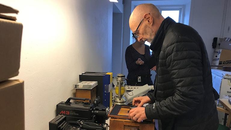 Bo Sundgren med de arkiverade polismaterialet.