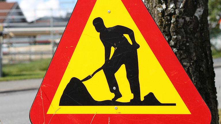 Byggarbetsplats med varningsskylt för vägarbete