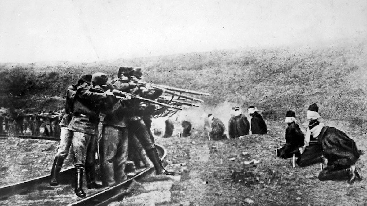 Österrikiska soldater avrättar serbiska fångar under första världskriget