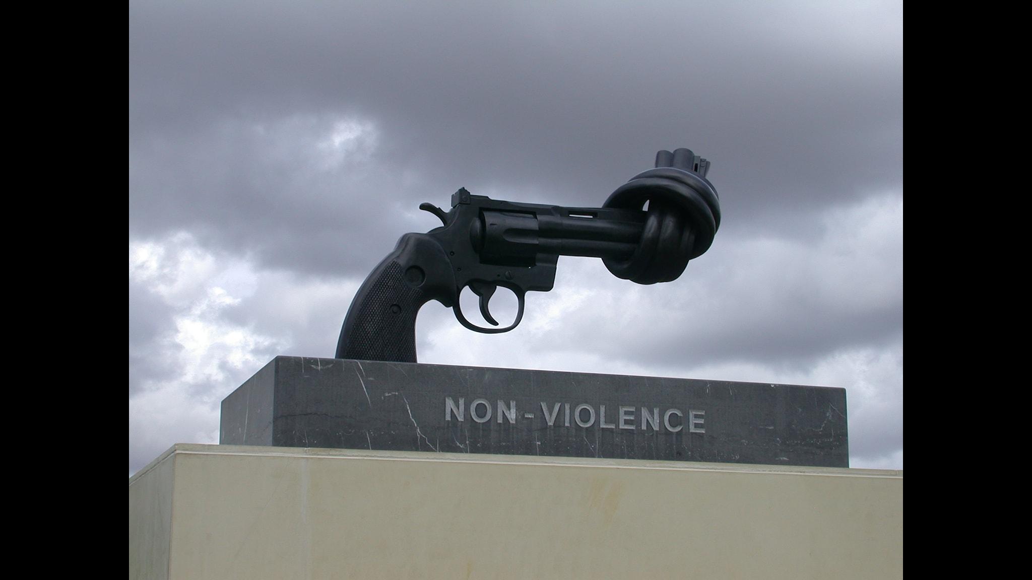 Går det att stoppa ett tredje världskrig? Non-violence, skulptur av Carl Fredrik Reuterswärd utanför fredsmuseet Mémorial de Caen, Frankrike. Bild: Tico, Flickr.
