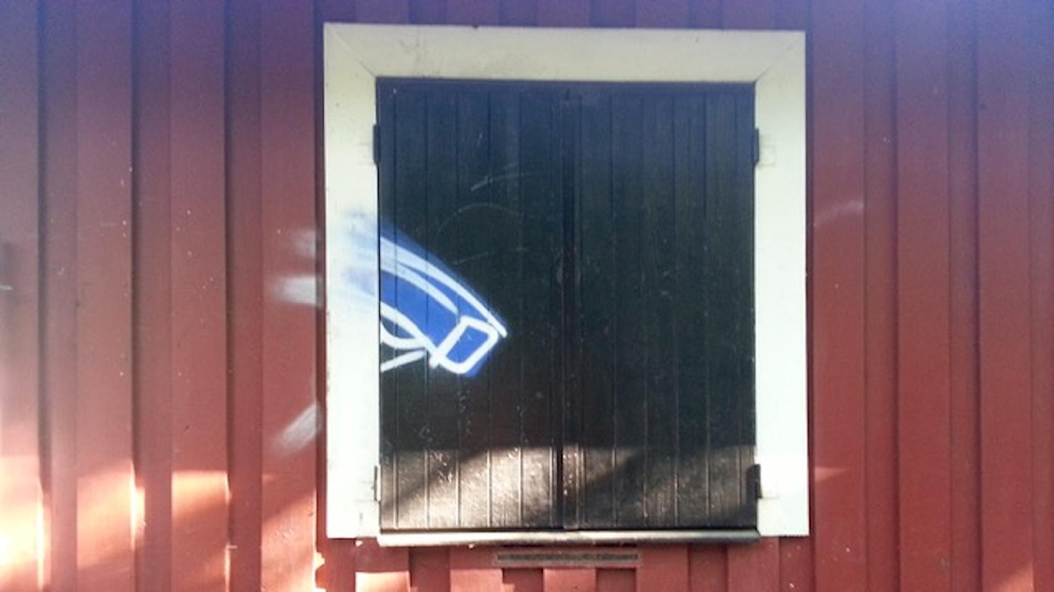 Vad händer med integriteten när såväl storebror som lillasyster och alla andra ser dig? Målad övervakningskamera i Blecktornsparken i Stockholm. Bild: Axel Pettersson, Flickr.