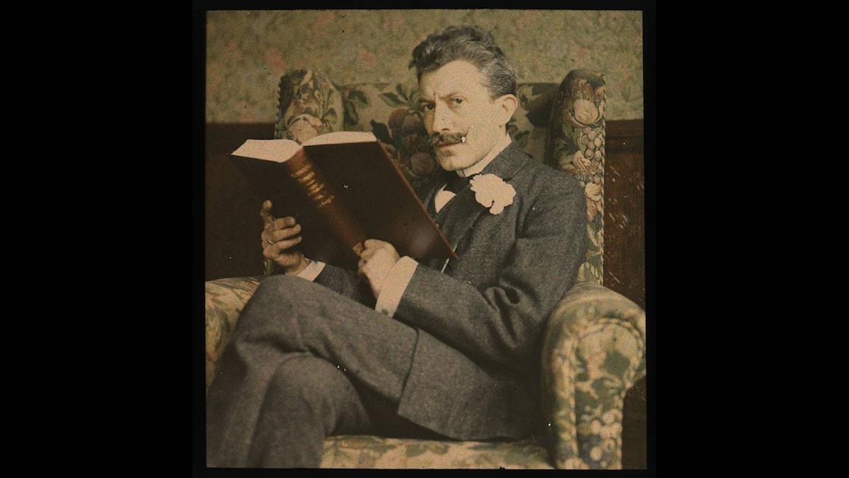 Läsande man runt 1915. Fotograf okänd