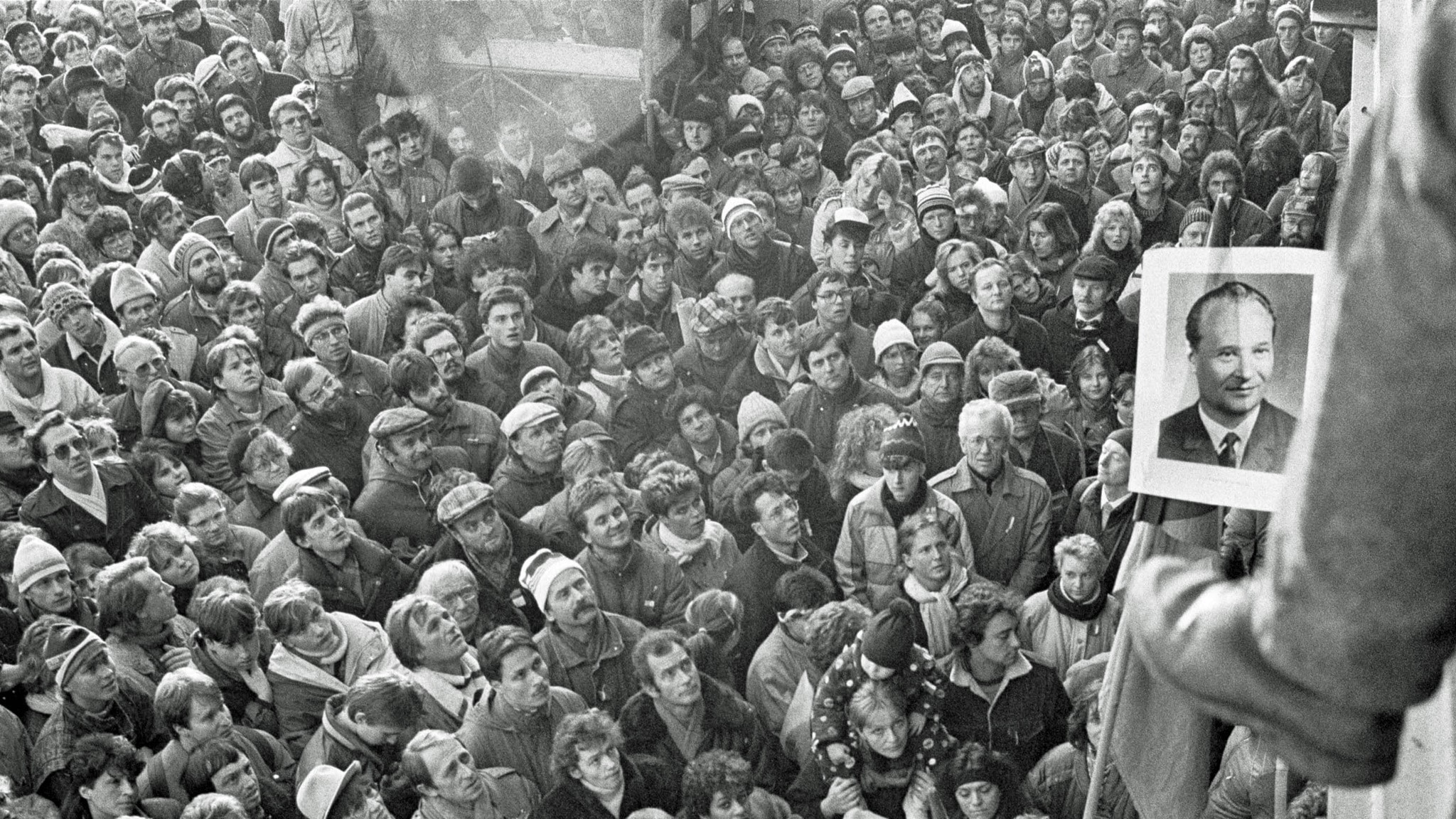 Jean-Claude Coutausse, Tjeckoslovaken, Prag. En demonstration samlar 500.000 människor i protest mot den kommunistiska regeringen i Letnaparken den 25 november 1989, 1989. © Jean-Claude Coutausse