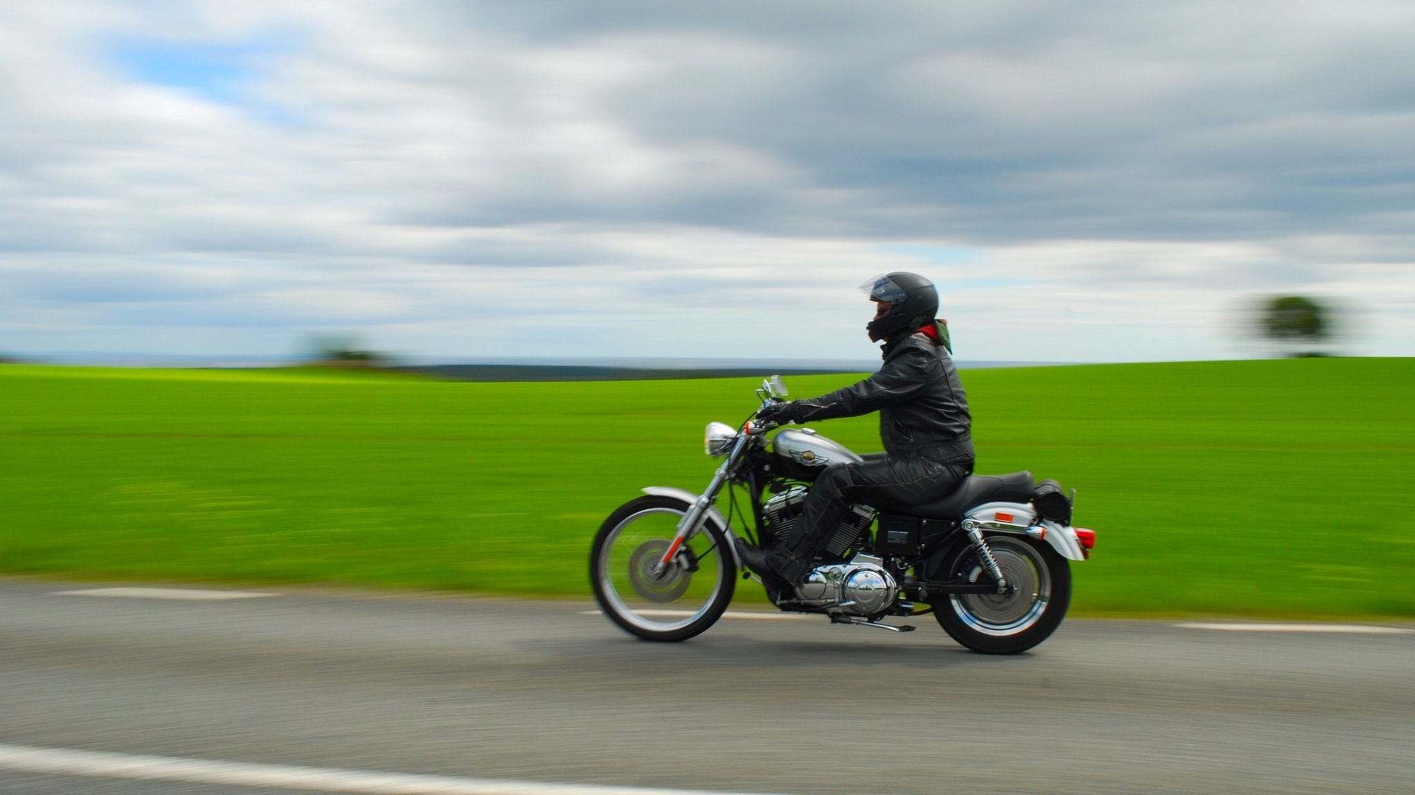 Andra kan råka illa ut men knappast jag, väl? Programledaren på motorcykel.