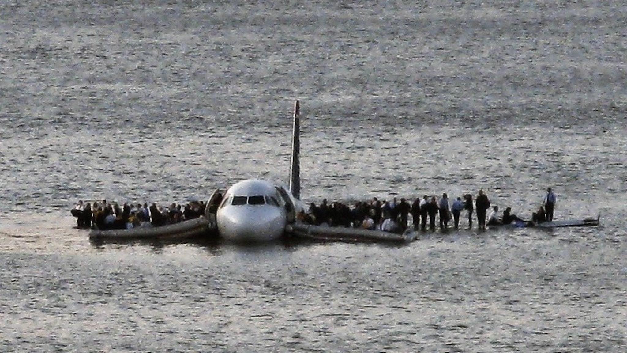 Flygplanspassagerare väntar på att bli uppplockade efter nödlandning på Hudsonfloden.