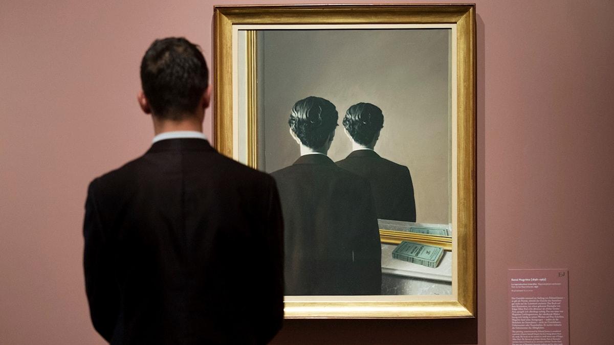 """Museibesökare framför René Magrittes målning """"La reproduction interdite"""" (1937)"""