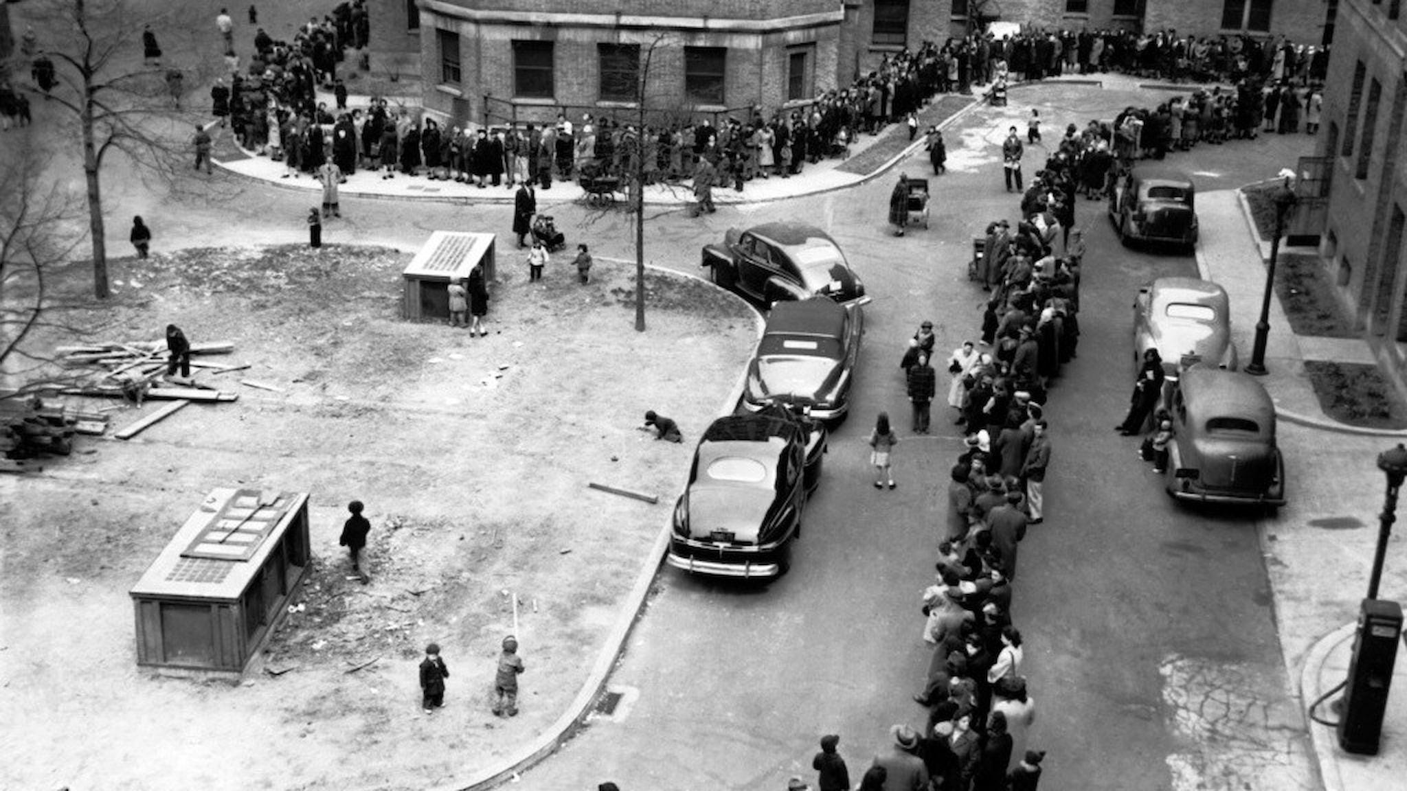 Ringlande kö med människor för smittkoppsvaccinering i New York 1947.