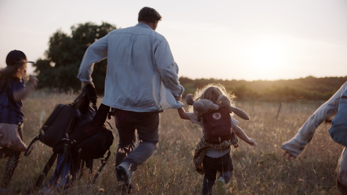 Jimmie och hans pappa flyr ett icke fredligt samhälle. Men är det de flyr till inkluderande? Från filmen Jimmie med Jesper Gansladt och son.