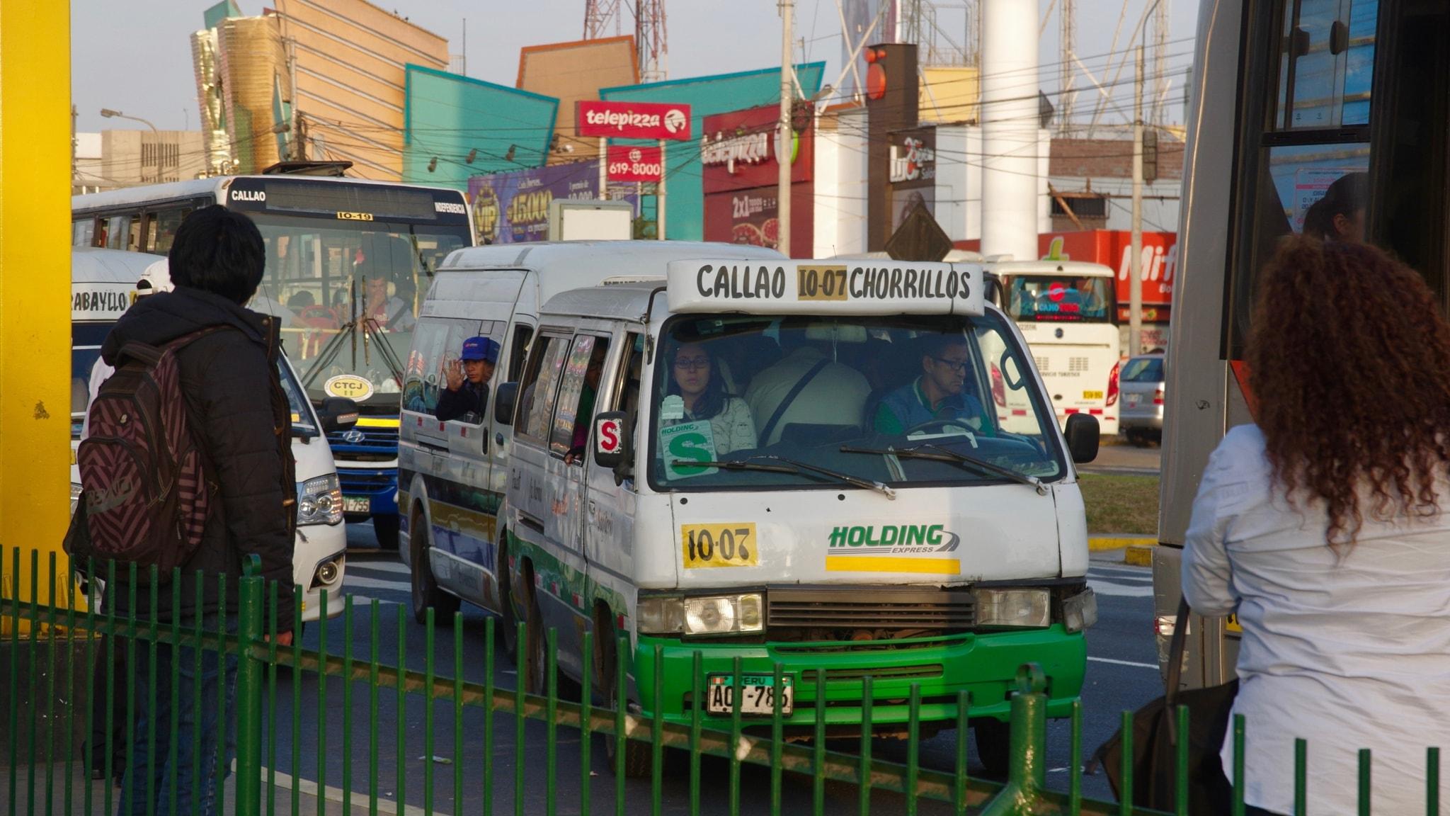 """Privata minibussar, s k combis, trängs i Limas trafikkaos. """"Combikulturen"""" har blivit en metafor för ett samhälle där konkurrensen är hård."""