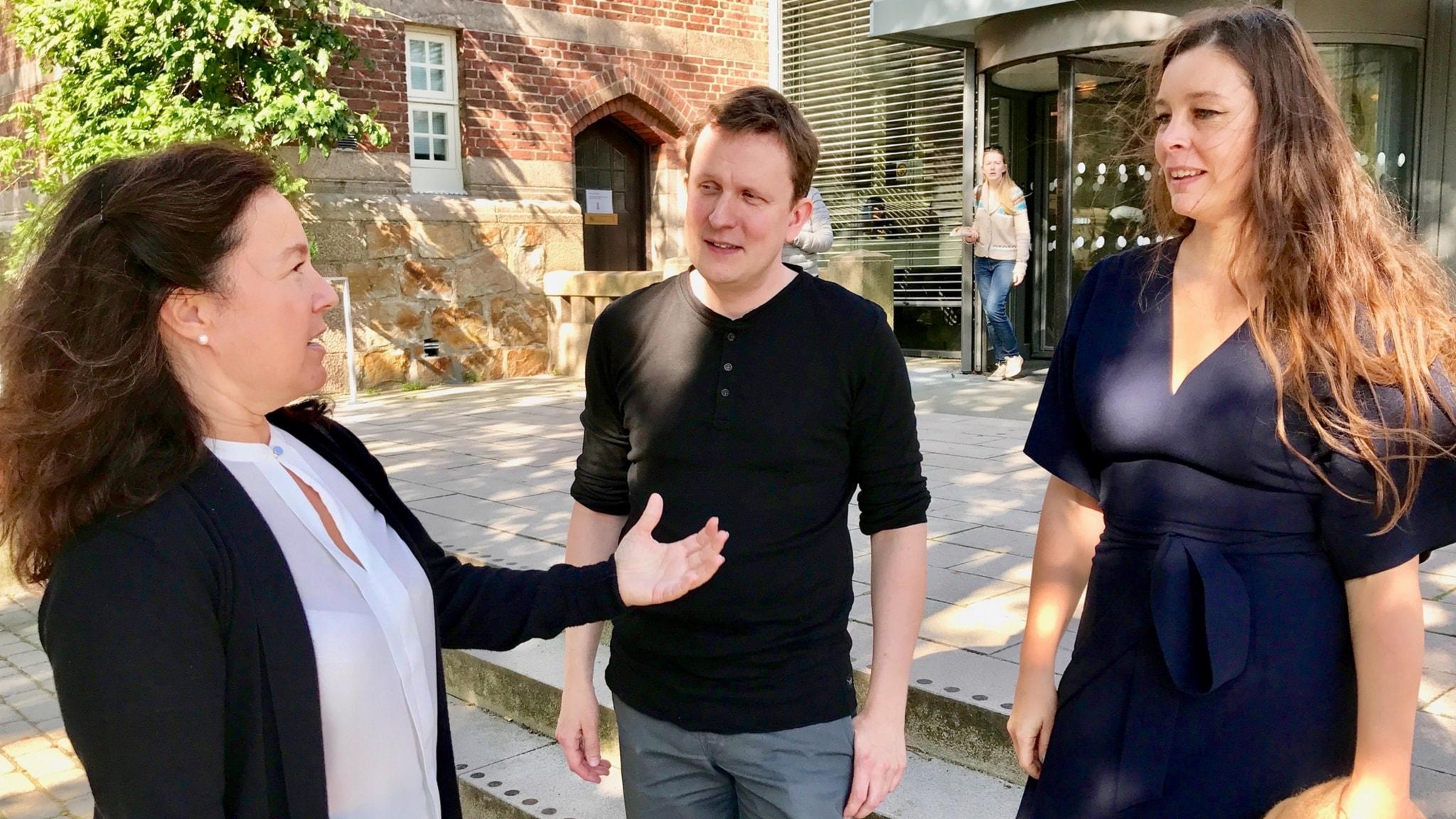 Folket, politikerna och forskarna. Vem bör lyssna på vem, och vem bör bestämma hur landet ska styras? Shirin Ahlbäck, Johan Brännmark och Jenny Maria Nilsson utanför LUX-huset i Lund.