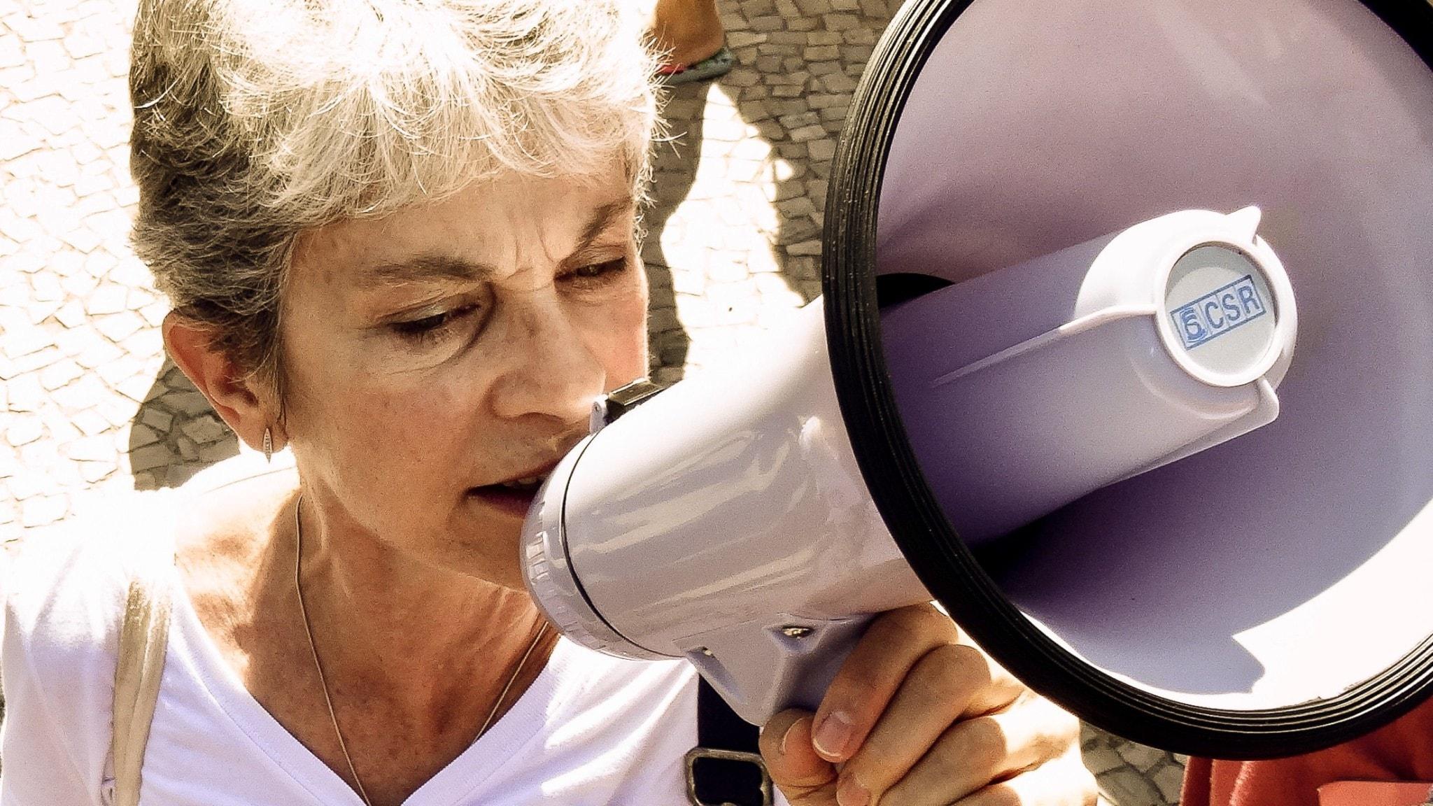 Kvinna som gör sin röst hörd.