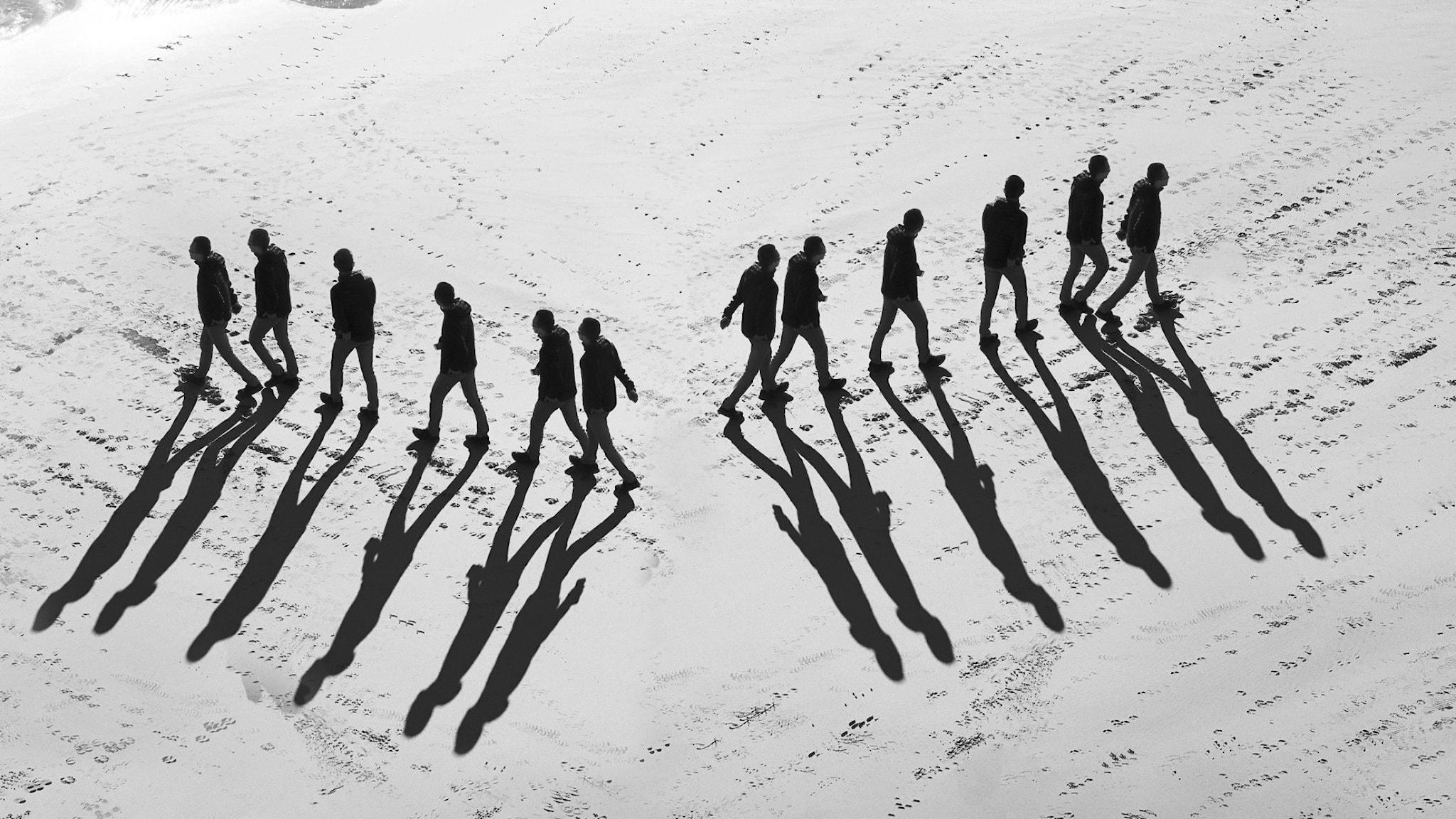 Två grupper av människor går åt var sitt håll