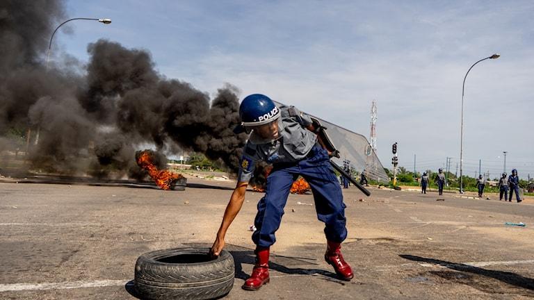 I Zimbabwe har polis och demonstranter drabbat samman idag efter att regeringen chockhöjt bensinpriset.