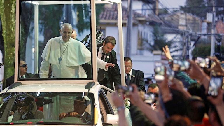 Påven Franciskus i sin påvemobil i Colombia.