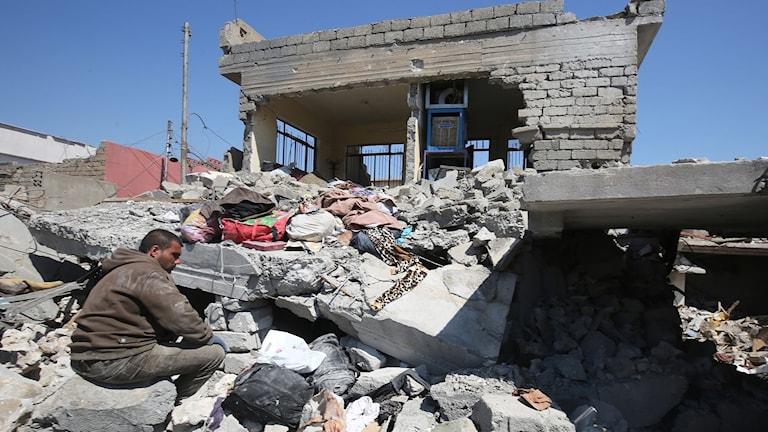 En man framför ett förstört hus efter flyganfall i helgen. Foto: Ahmad Al-Rubaye/TT.