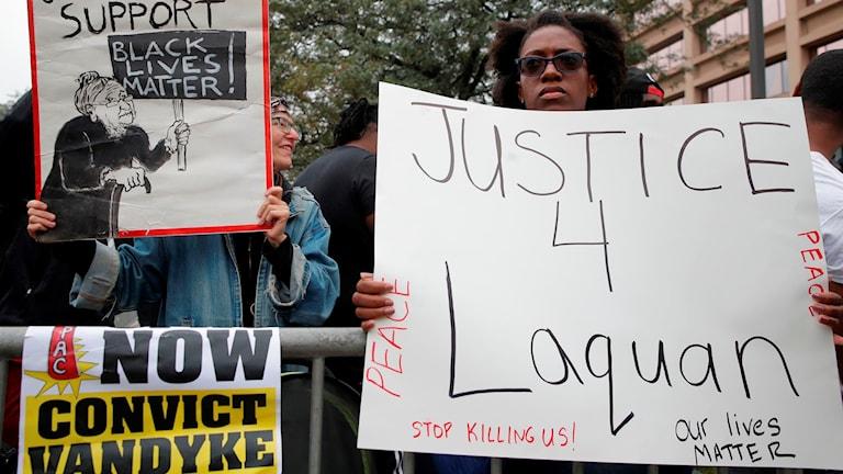 demonstranter väntade på domen i Chicago.