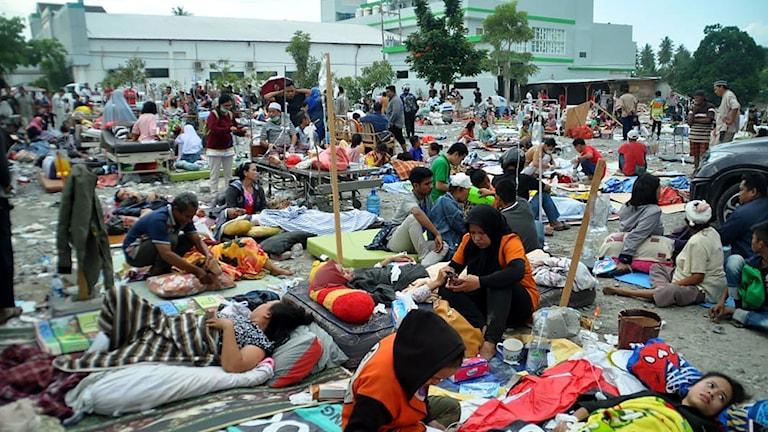 Utanför ett sjukhus  i Palu Indonesien eftter Tsunamin där